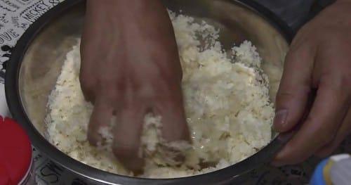片栗粉と塩も入れて混ぜ合わせる
