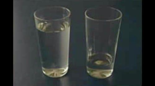 水かさの違う2つのコップ