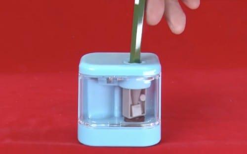 鉛筆削りスピモに鉛筆を挿す