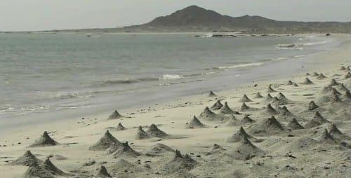 海岸にたくさんの砂山