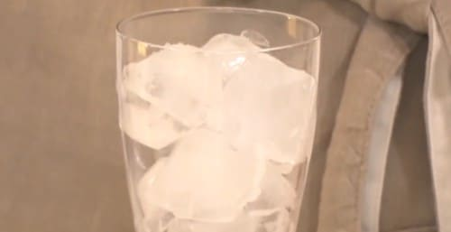 氷が入ったコップ