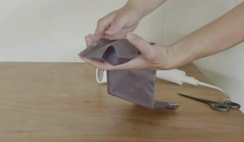 袋にハサミで穴をあける