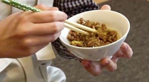茶碗で納豆をかき混ぜる