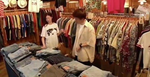 服のお店にいるカップル