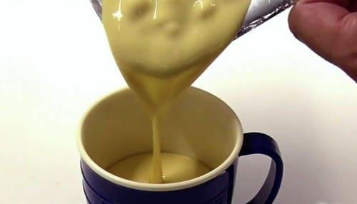 コーンスープをカップに入れる