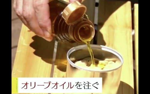 オリーブオイルを注ぐ