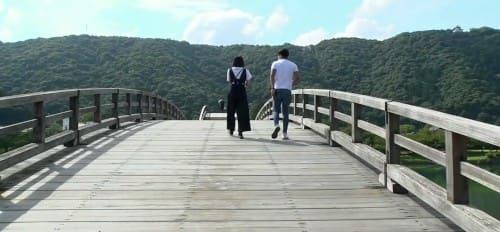 錦帯橋を渡る2人