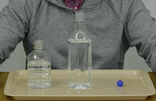 2本のペットボトルと小さなボール