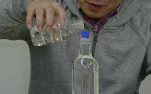 ペットボトルに水を足す