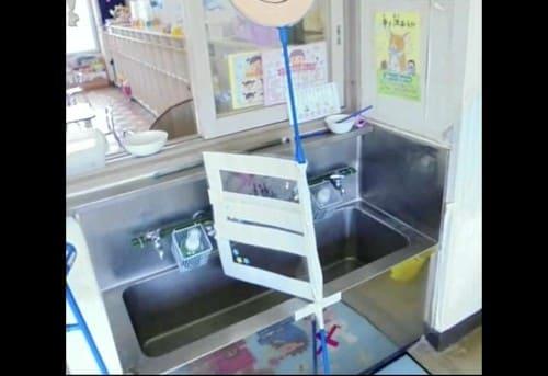 手洗い場を区切るようにシート