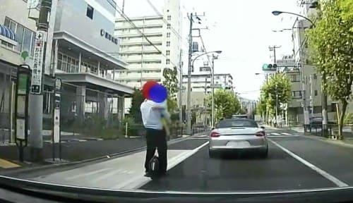 子供を抱えて電動一輪車で公道を走行