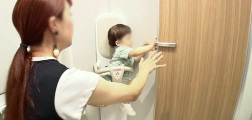 子どもが扉を開ける